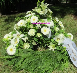 Kranz mit weißen Blumen