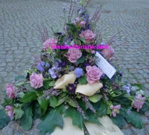 Trauergesteck lila
