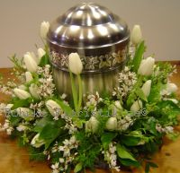 Urnenkranz weißer Frühling