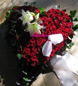 gestecktes Herz mit roten Rosen